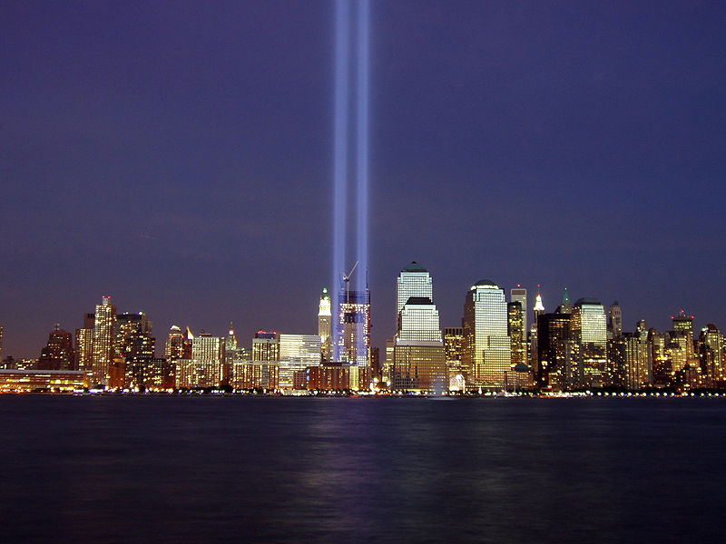 Two beams of light represent the former Twin Towers of the World Trade Center during the 2004 memorial of the September 11, 2001 attacks. Photo by Derek Jensen (Tysto), 2004-September-11
